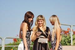 Trois femmes en stationnement d'été Image stock