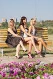 Trois femmes en stationnement d'été Photos libres de droits