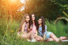 Trois femmes heureuses d'amis un selfie un jour d'étés en parc Photos libres de droits