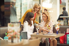 Trois femmes joyeuses pendant la coupure de cofee Image libre de droits