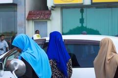 Trois femmes maldiviennes avec la religion musulmane colorée de voile photographie stock libre de droits