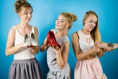 Trois femmes montrant des chaussures de talons hauts Images libres de droits