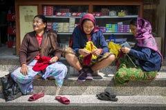 Trois femmes népalaises dans les vêtements traditionnels Images libres de droits