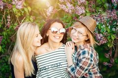 Trois femmes occasionnelles sûres se tenant au parc et regardant l'appareil-photo Images libres de droits