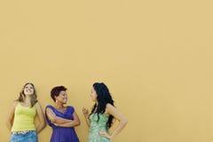 Trois femmes parlant et ayant l'amusement Images stock