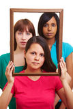 Trois femmes sérieux dans une trame Photographie stock
