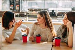 Trois femmes s'asseyant à parler de café Photo libre de droits