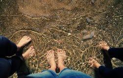Trois femmes se tenant sur la plage Photographie stock libre de droits