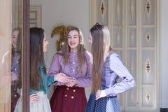 Trois femmes souriant tout en parlant Images stock