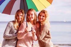 Trois femmes sous le parapluie coloré Photo libre de droits