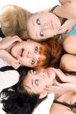 Trois femmes stupéfaits touchant leurs joues Photo libre de droits