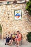 Trois femmes supérieures parlant sur le banc de rue Images stock