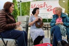 Trois femmes tricotant au marché d'agriculteurs en Orégon Photographie stock libre de droits