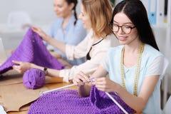 Trois femmes tricotant les écharpes pourpres Images libres de droits