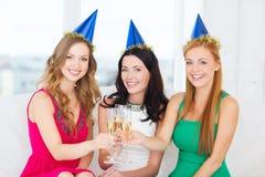 Trois femmes utilisant des chapeaux avec des verres de champagne Photos libres de droits