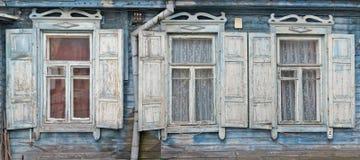 Trois fenêtres avec les abat-jour ouverts d'un soleil Image stock