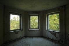 Trois fenêtres dans un vieux et ruiné bâtiment Photographie stock libre de droits