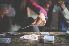 Trois filles à la maison jouant des cartes ensemble Fin vers le haut Photographie stock libre de droits