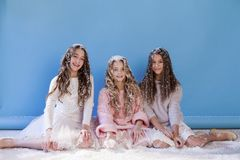 Trois filles à la mode en hiver ont tricoté l'hiver de neige de chapeaux image libre de droits