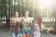 Trois filles élégantes chics de beau jeune boho marchant en parc Photo libre de droits