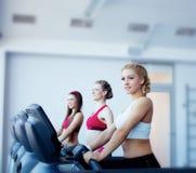 Trois filles au centre de forme physique image stock