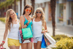 Trois filles avec des paniers et vont faire des emplettes Image stock