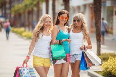 Trois filles avec des paniers et vont faire des emplettes Photographie stock
