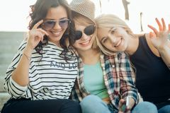 Trois filles ayant l'amusement dans le parc de coucher du soleil Photographie stock libre de droits