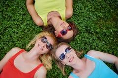 Trois filles ayant l'amusement dehors Photographie stock libre de droits