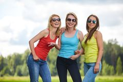Trois filles ayant l'amusement dehors Photos stock