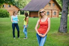 Trois filles ayant l'amusement dehors Image stock