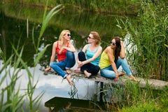 Trois filles ayant l'amusement dehors Photos libres de droits