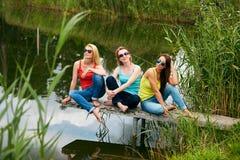 Trois filles ayant l'amusement dehors Image libre de droits