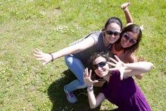 Trois filles ayant le bon temps dans un ensoleillé Image libre de droits