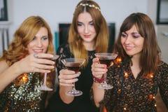 Trois filles célébrant le ` s Ève de Noël ou de nouvelle année à la maison, foc Image stock
