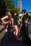 Trois filles dans le noir dans des costumes Images libres de droits