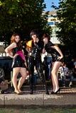 Trois filles dans le noir dans des costumes Images stock