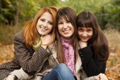 Trois filles en stationnement d'automne. Images libres de droits