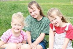 Trois filles heureuses. Images stock