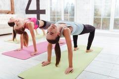 Trois filles heureuses ayant des exercices de forme physique de groupe Photos stock