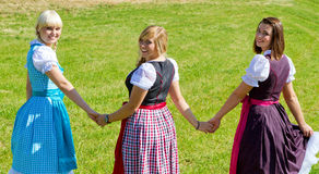 Trois filles heureuses dans le Dirndl Photos stock