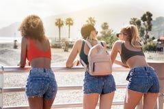 Trois filles heureuses de sourire ayant l'amusement des vacances Photos libres de droits