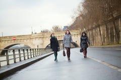 Trois filles joyeuses marchant à Paris Photos libres de droits