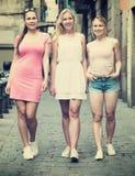 Trois filles marchant dans la ville Images libres de droits