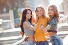 Trois filles marchent en parc d'été Images stock