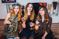 Trois filles posant à une partie de maison Images stock