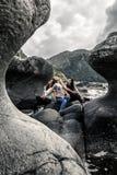 Trois filles posant sur les pierres à côté de la mer, Kannesteinen, Image stock