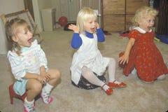 Trois filles préscolaires chantant à leur service de garderie, Washington D C Photos libres de droits