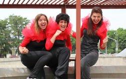 Trois filles restant sur le toit Photos stock