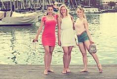 Trois filles se tenant sur le bord de mer Images libres de droits